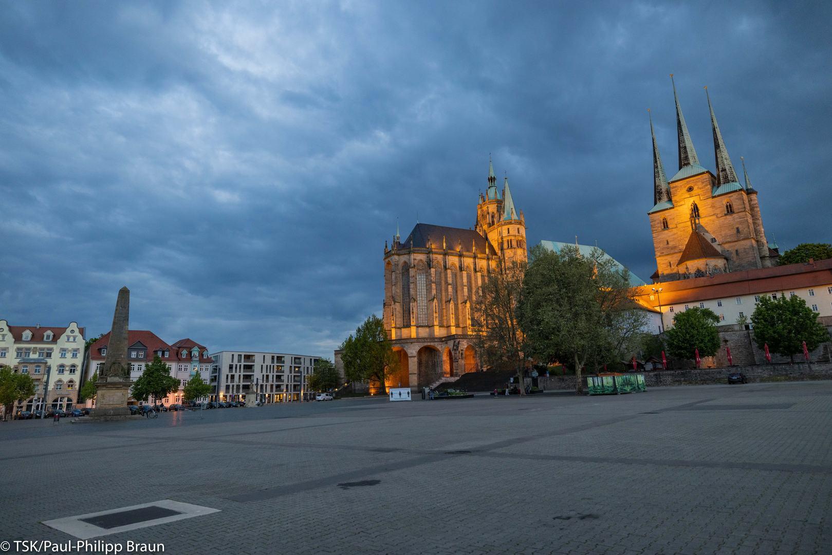 Blick vom Domplatz auf Dom und Kirche St. Severi