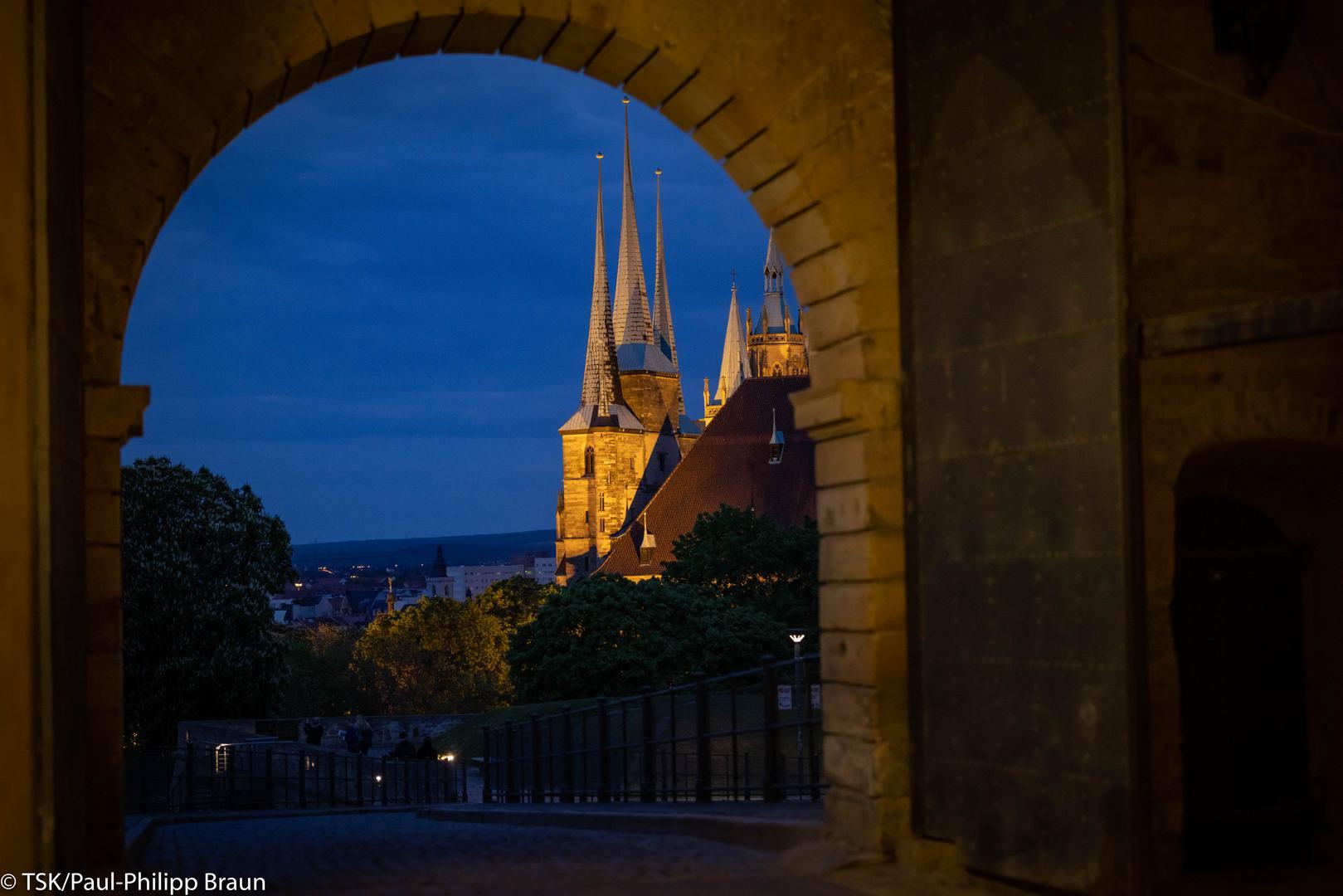 Blick auf Dom und Severi durch das Tor der Zitadelle Petersberg
