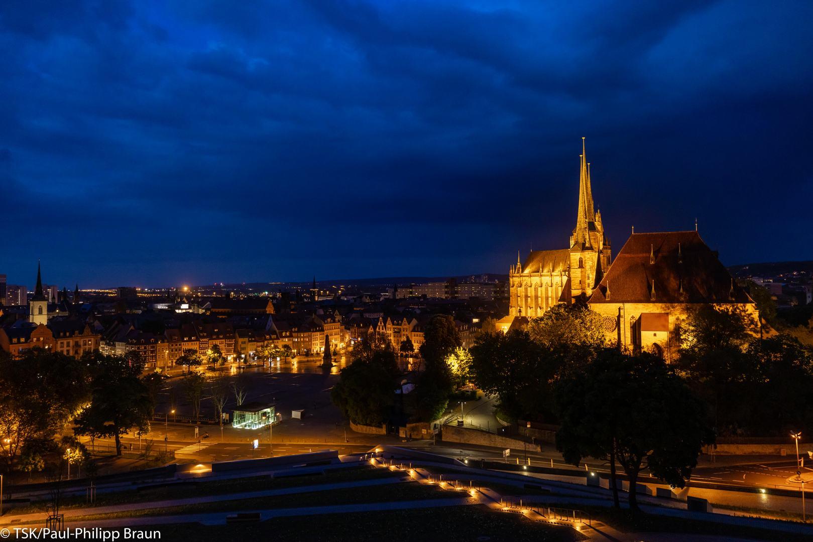 Blick auf Domplatz vom Petersberg bei Nacht