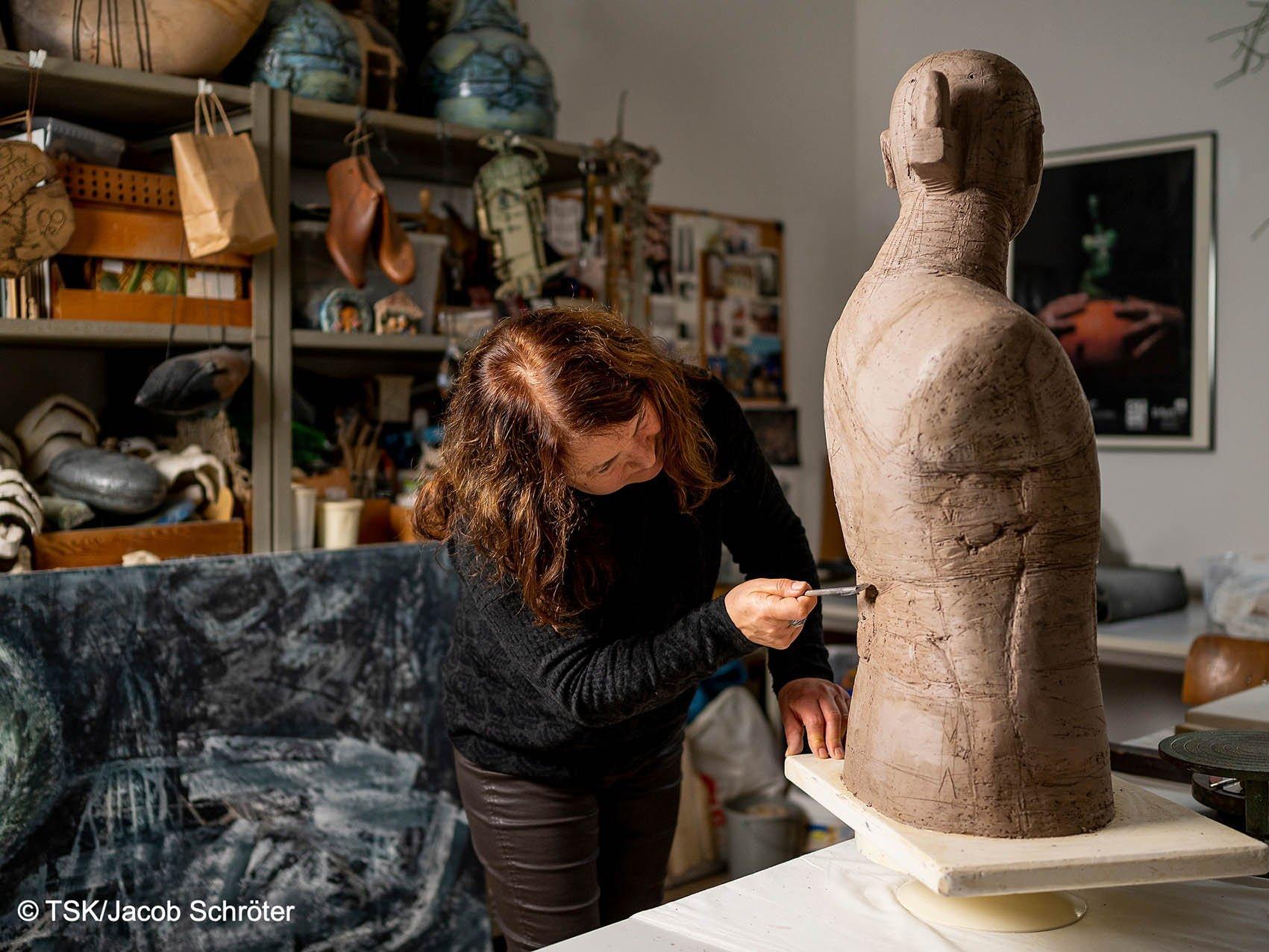 Die Künstlerin Marion Walther arbeitet an einer neuen Keramik