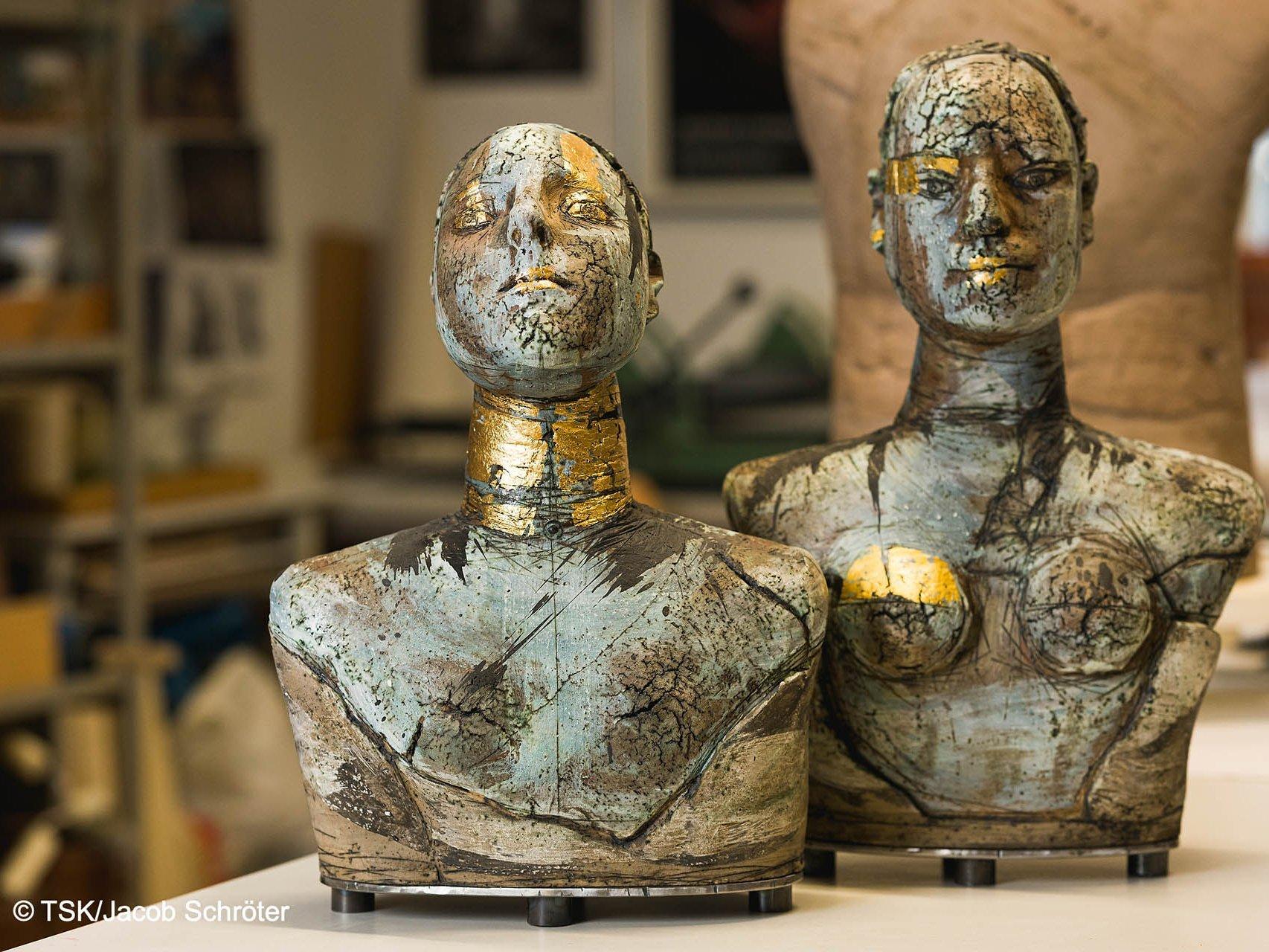 """Die Künstlerin Marion Walther mit ihren Keramiken """"Büste I"""" und """"Büste II"""""""