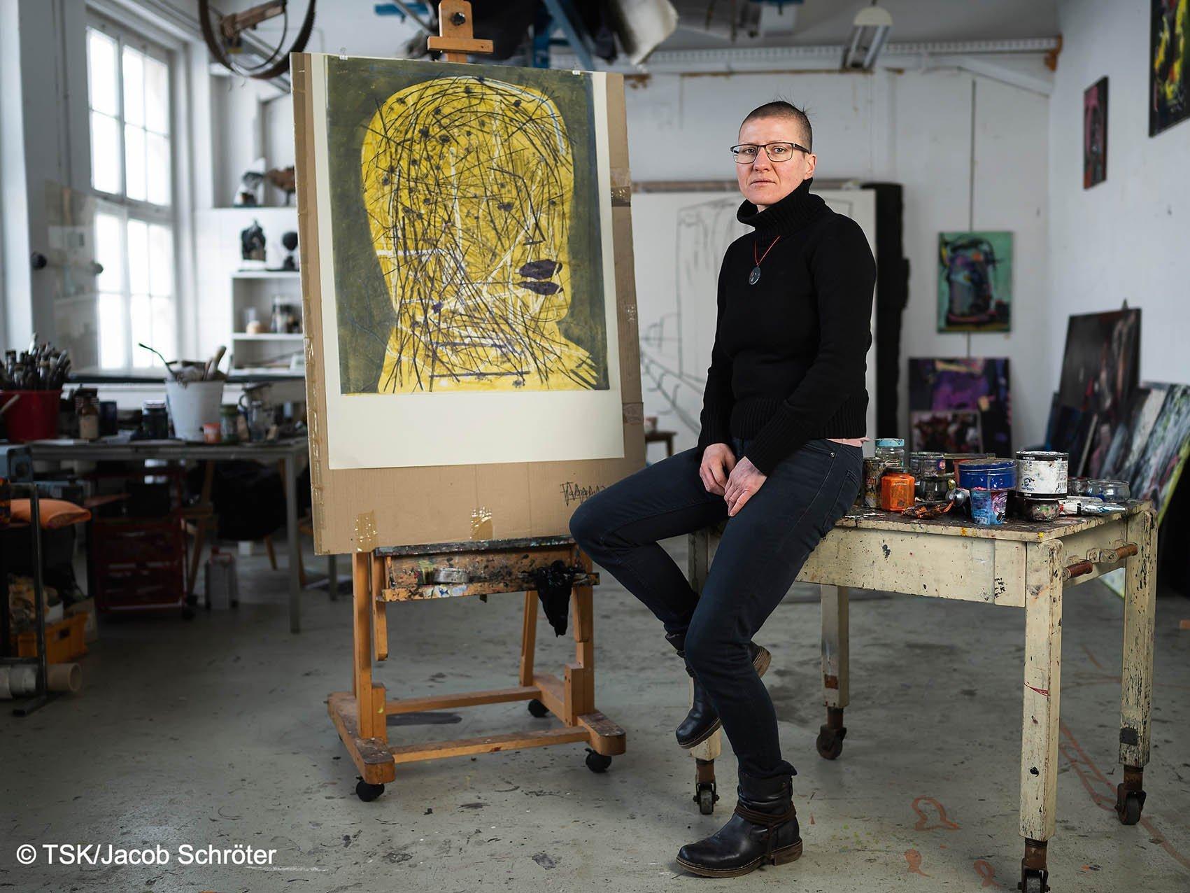 """Die Künstlerin Tanja Pohl neben ihrem Werk """"FLORA V"""" in ihrem Atelier"""