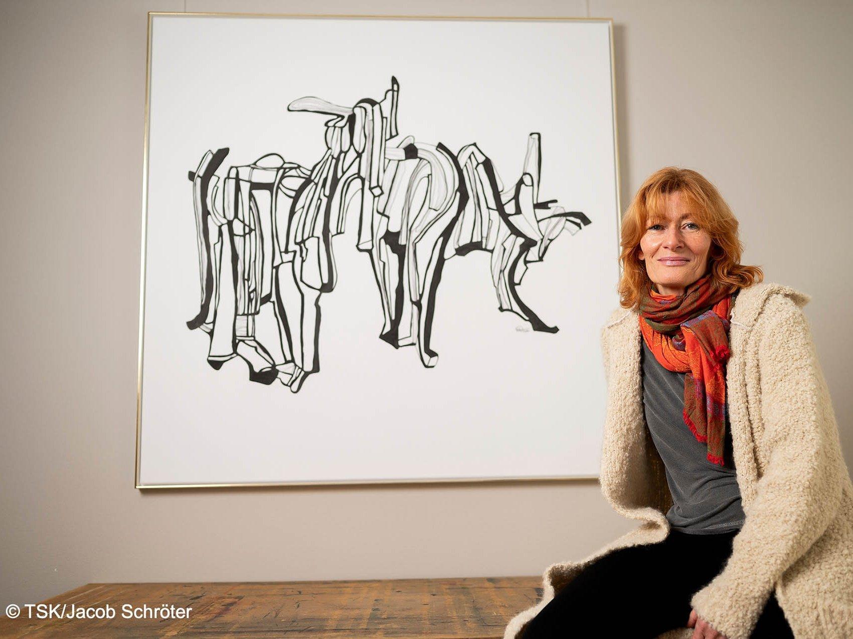 """Die Künstlerin Steffi-Babett Wartenberg neben ihrem Werk """"o. T."""""""