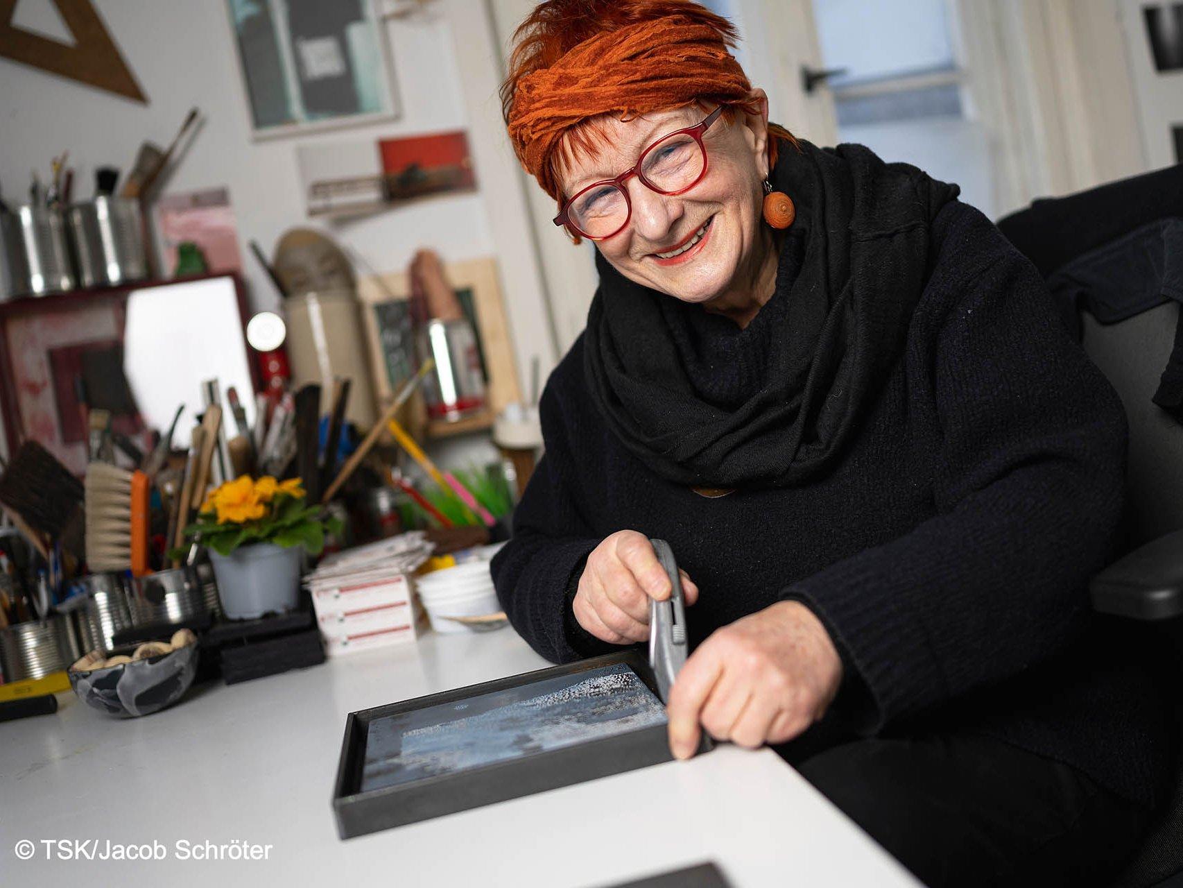 Die Künstlerin Gudrun Wiesmann arbeitet an einem neuen Werk