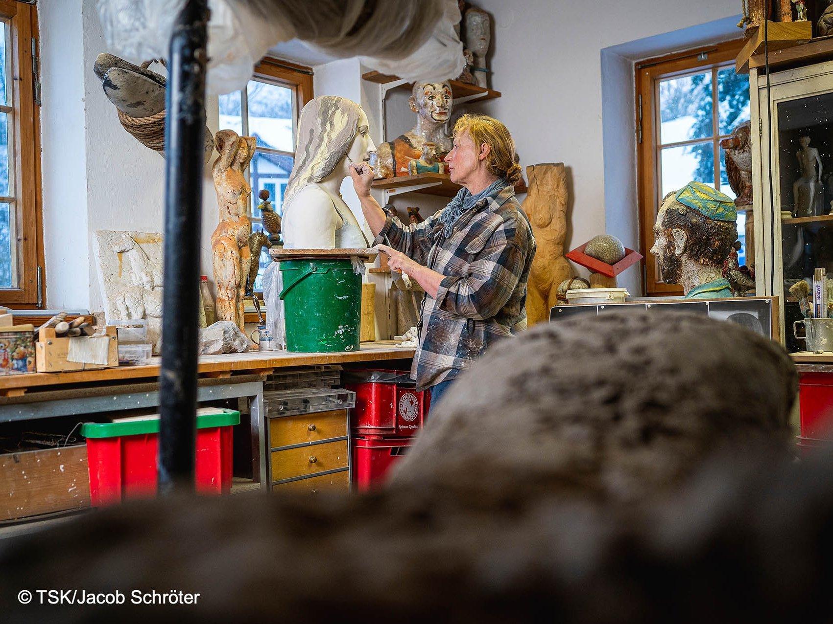 Sylvia Bohlen beim Modellieren in ihrem Atelier