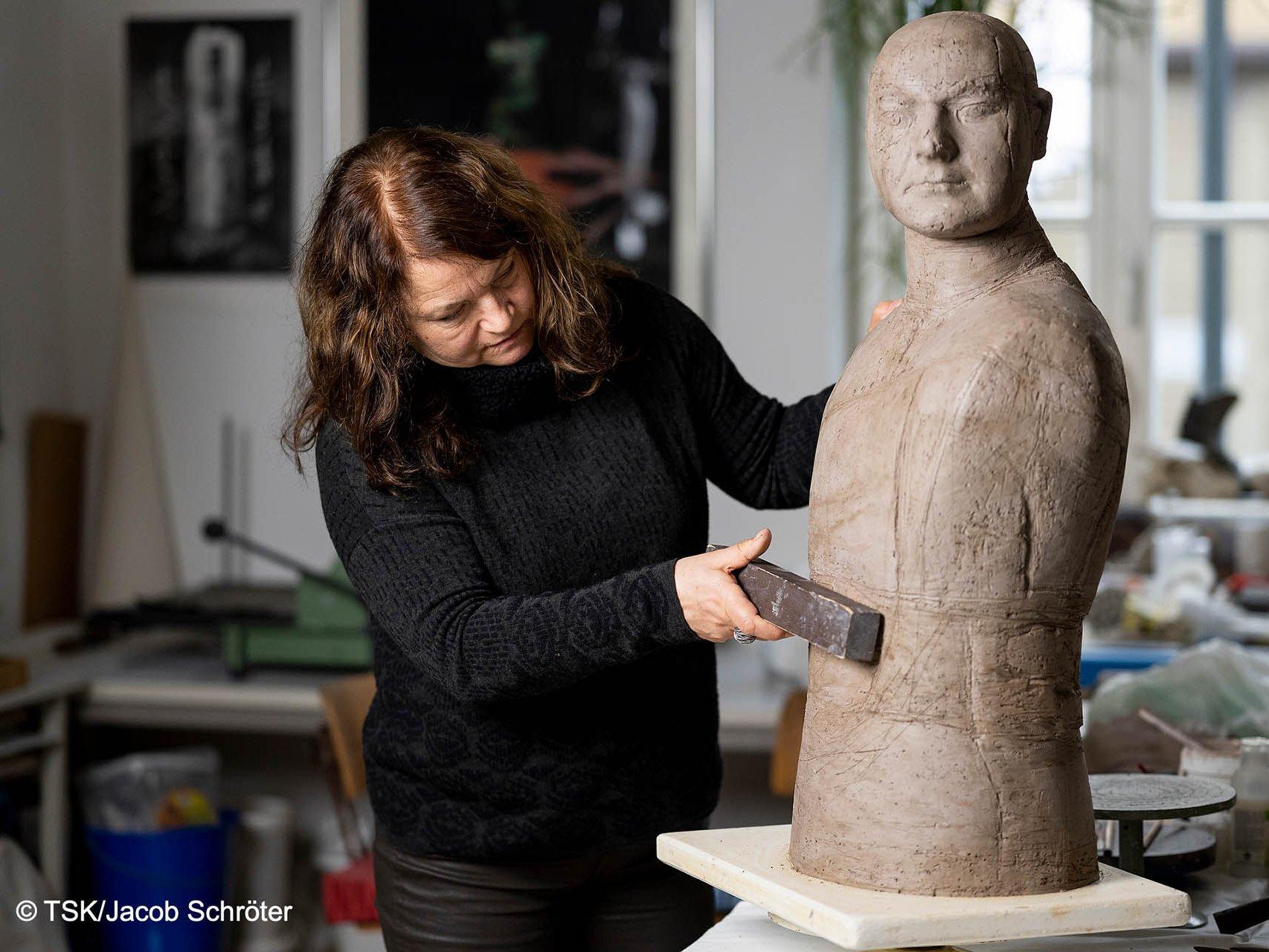Die Künstlerin Marion Walther arbeitet an einer weiteren Keramik