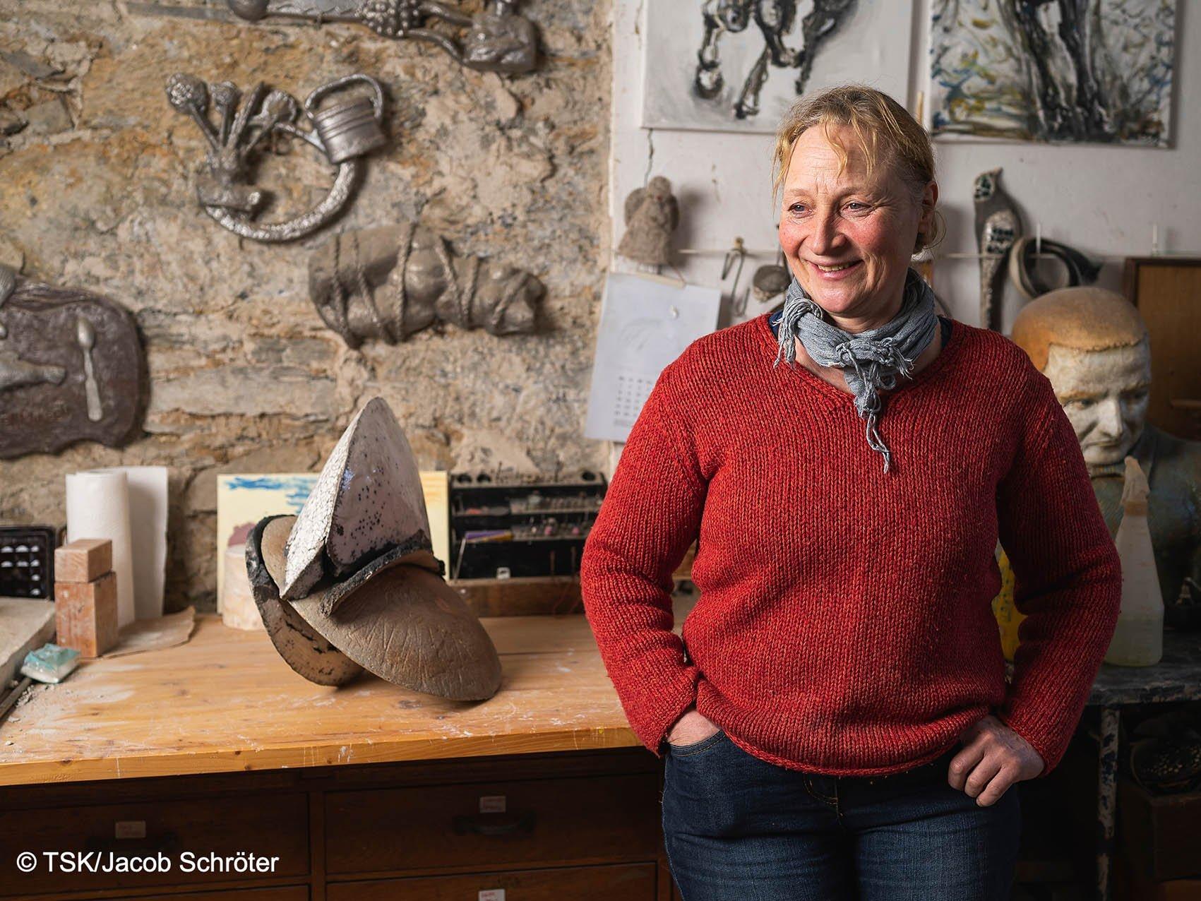 Die Künstlerin Sylvia Bohlen in ihrem Atelier.