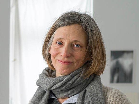"""Die Künstlerin Sophie von Hayek neben ihrem Werk """"à vietri"""""""