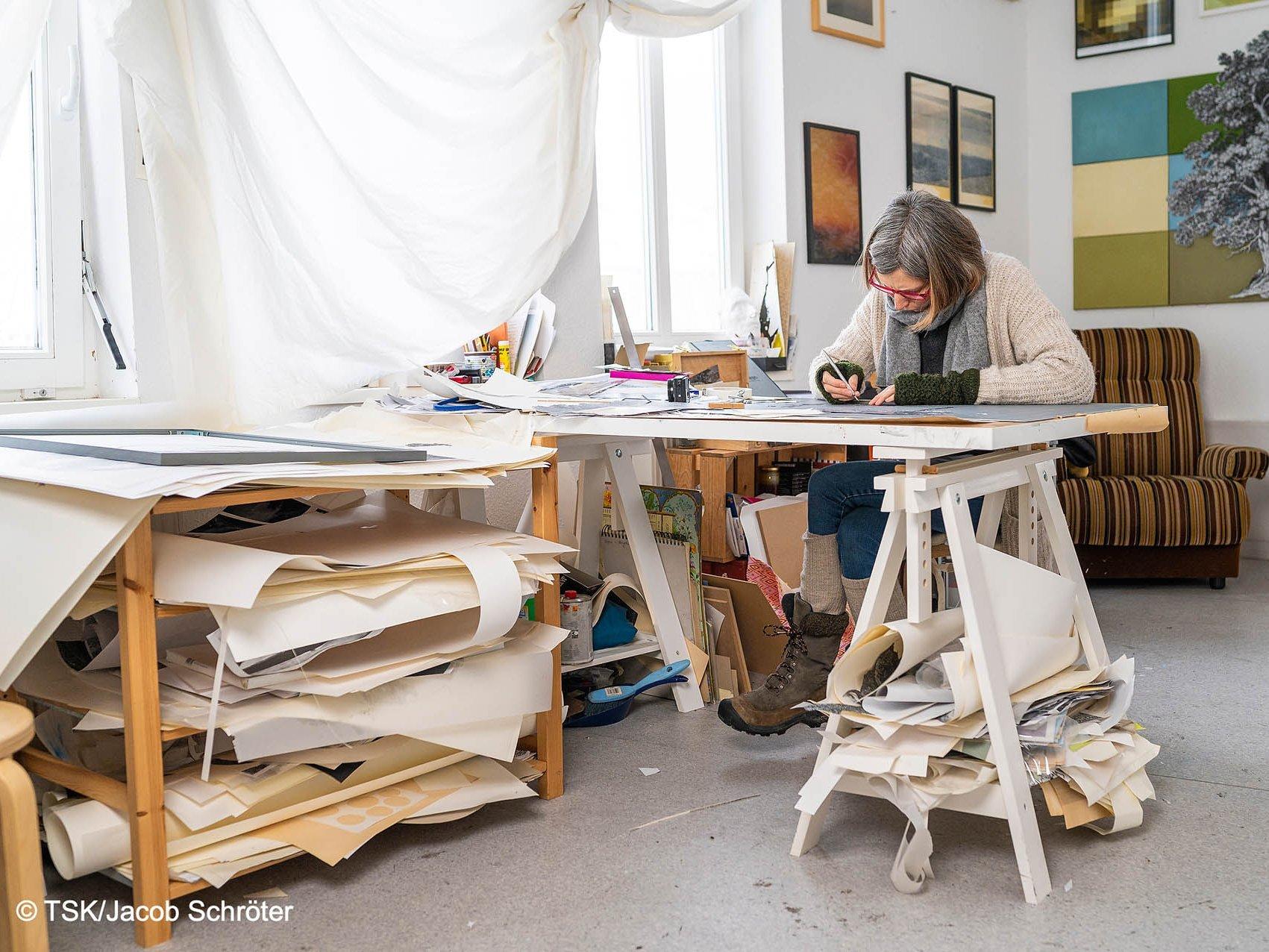 Die Künstlerin Sophie von Hayek bei der Arbeit in ihrem Atelier