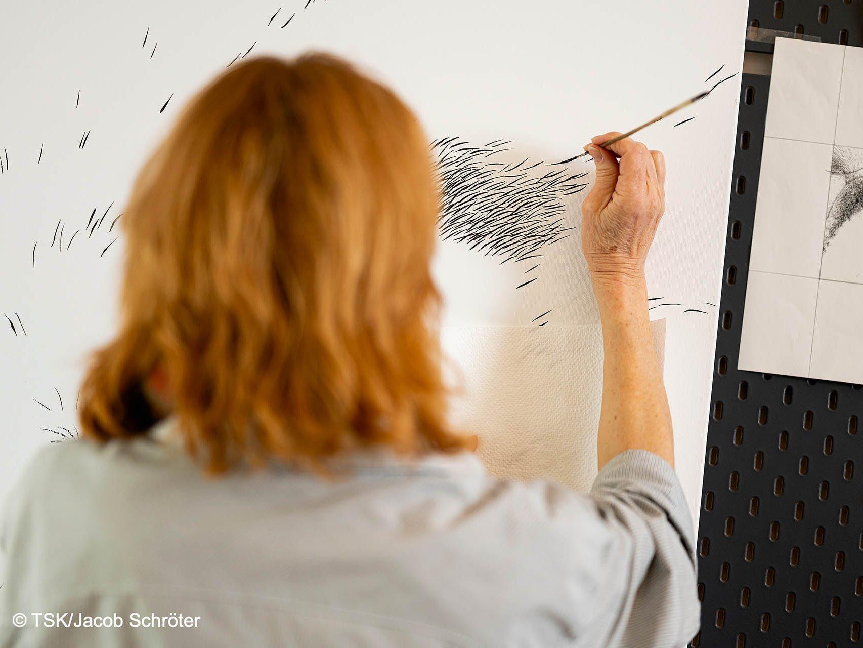Die Künstlerin Steffi-Babett Wartenberg malt an einem neuen Gemälde