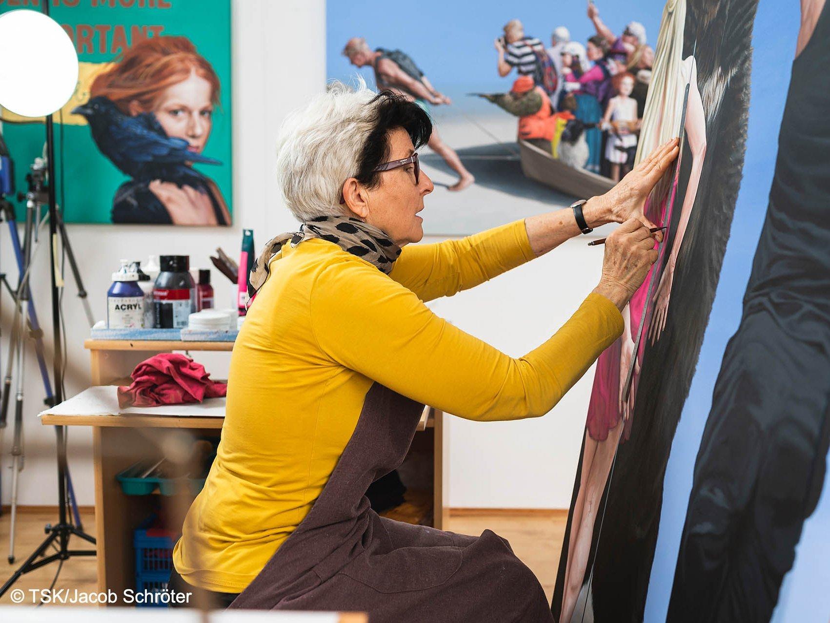 Die Künstlerin Konstanze Trommer beim Malen in ihrem Atelier