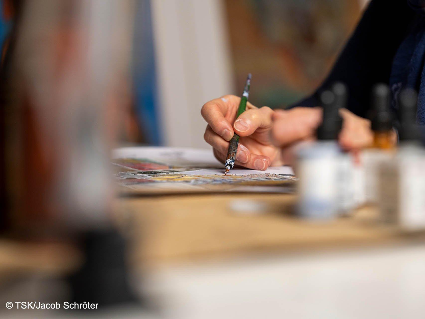 Nahaufnahme der zeichnenden Hand von Eva Bruszis