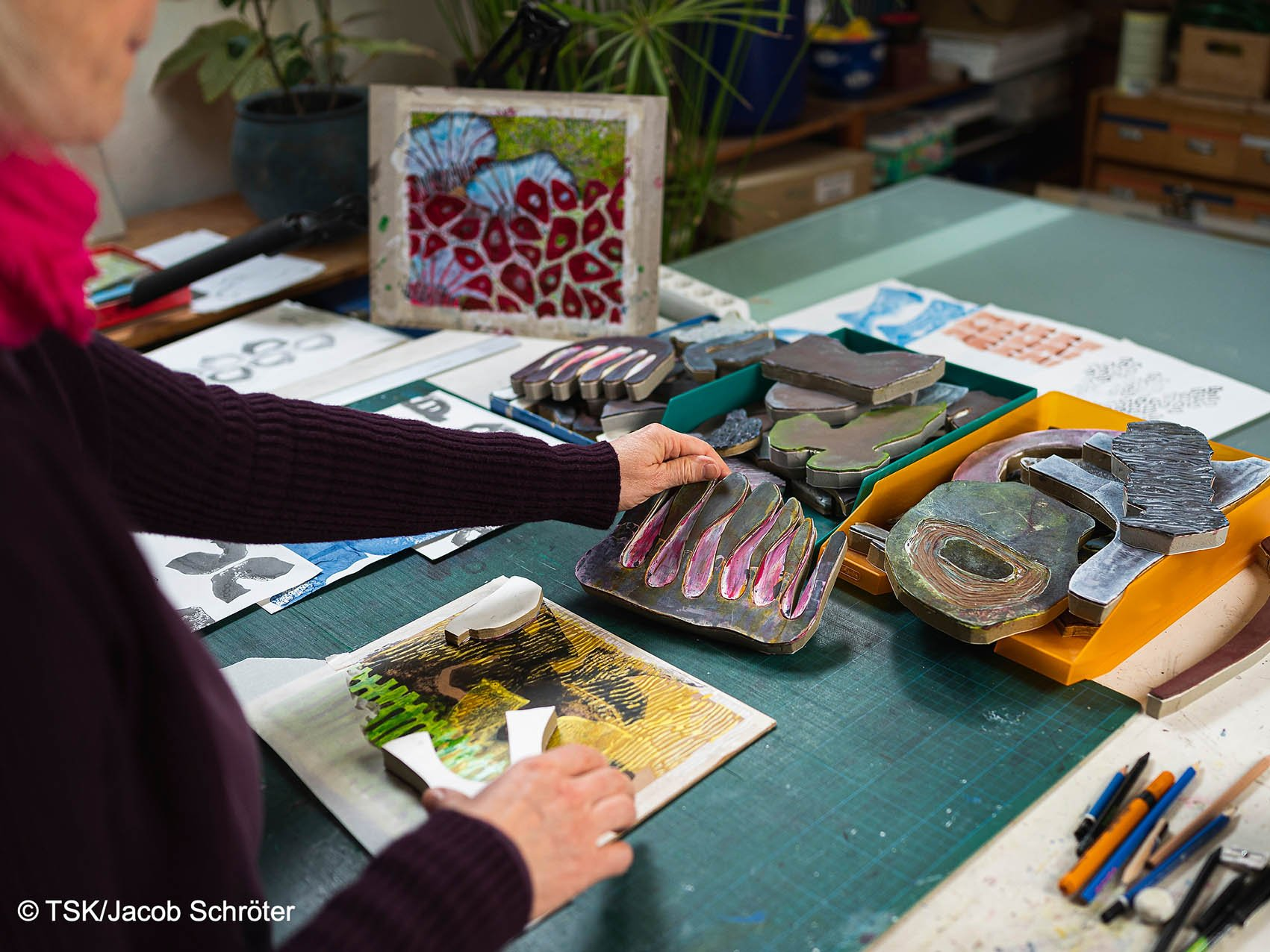 Die Künstlerin Sibylle Reichel schafft mit der Handdrucktechnik ein neues Werk