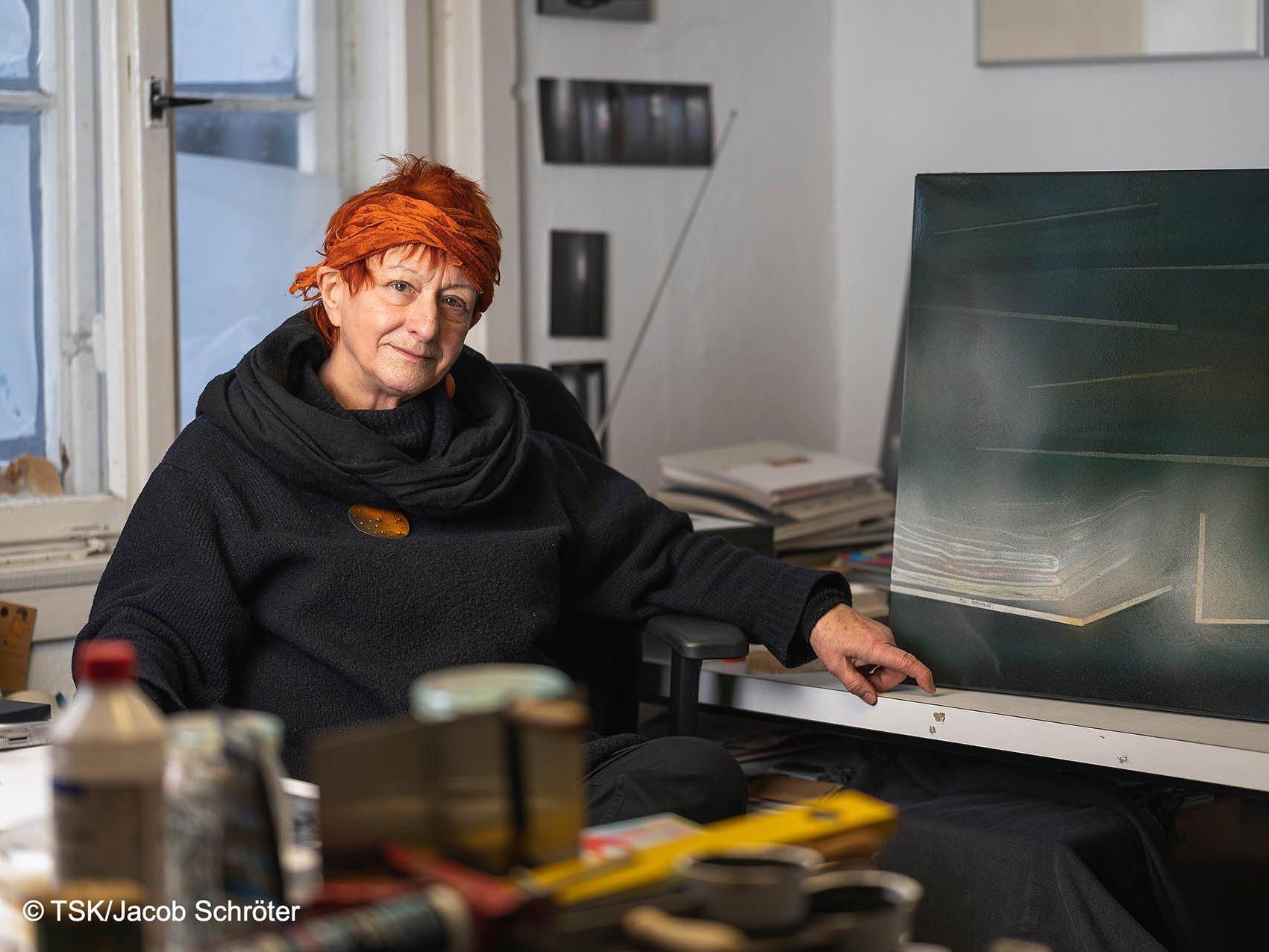 """Künstlerin Gudrun Wiesmann neben ihrem Werk """"Dahinter"""""""