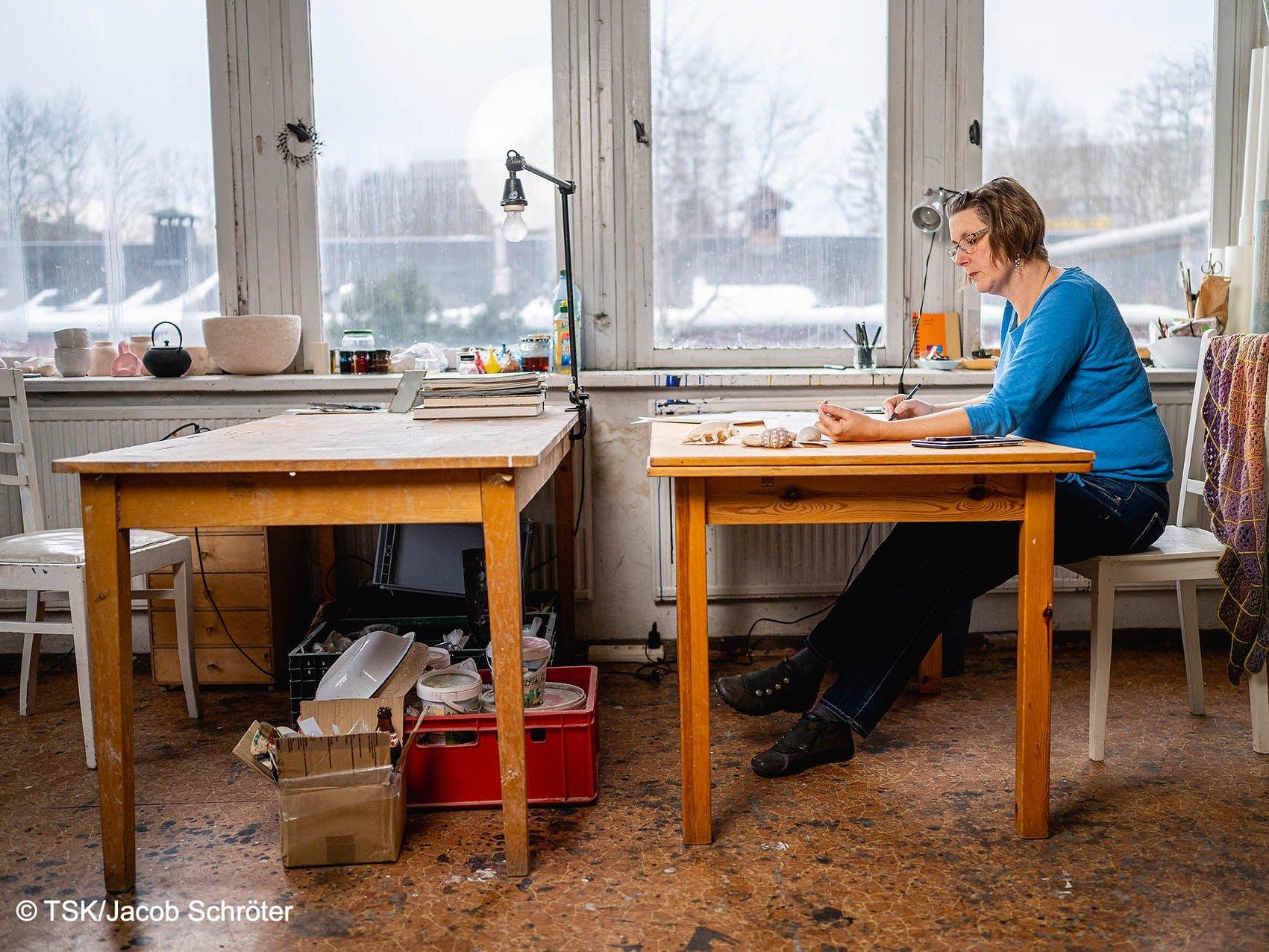 Die Künstlerin Nina Lundström arbeitet in ihrem Atelier an einer neuen Zeichnung