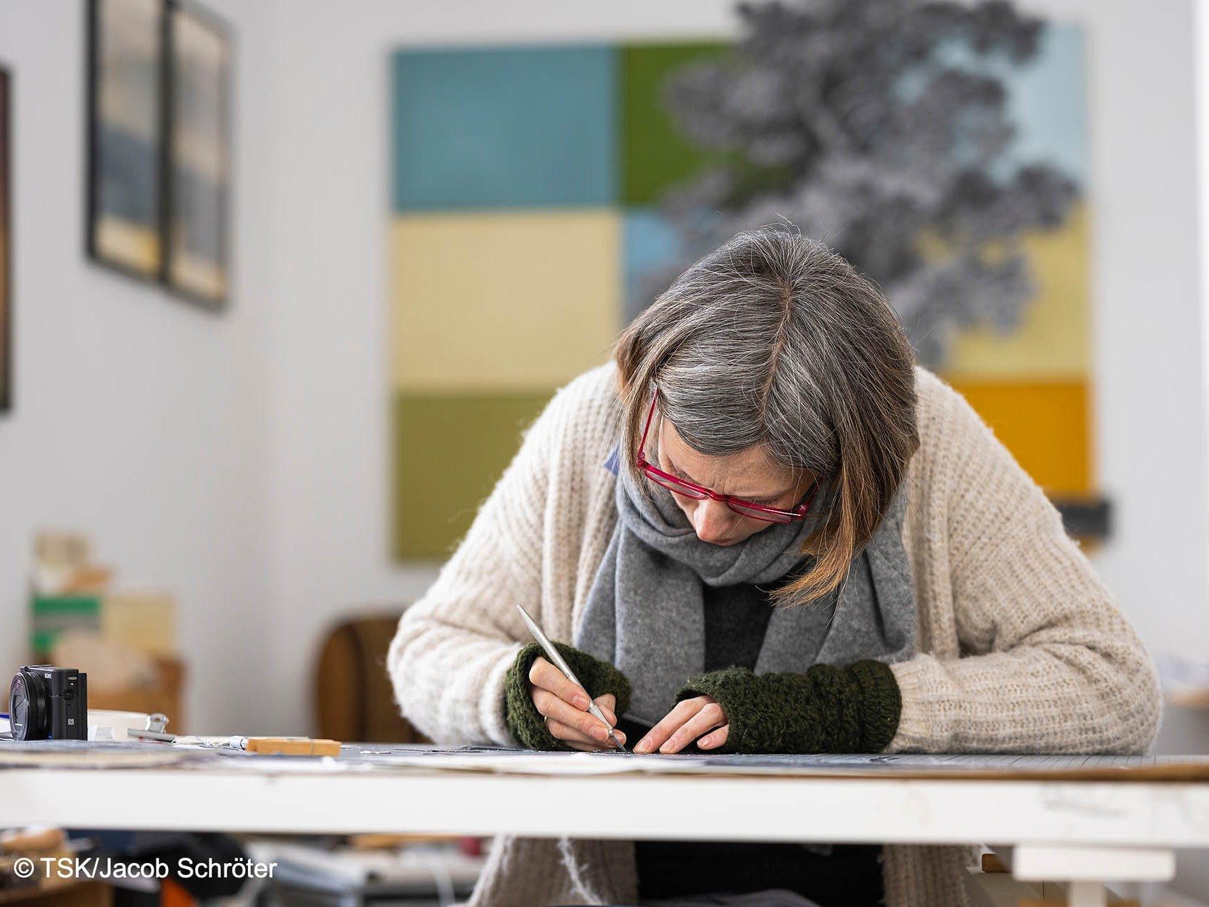 Sophie von Hayek schafft ein neues Werk an ihrem Schreibtisch