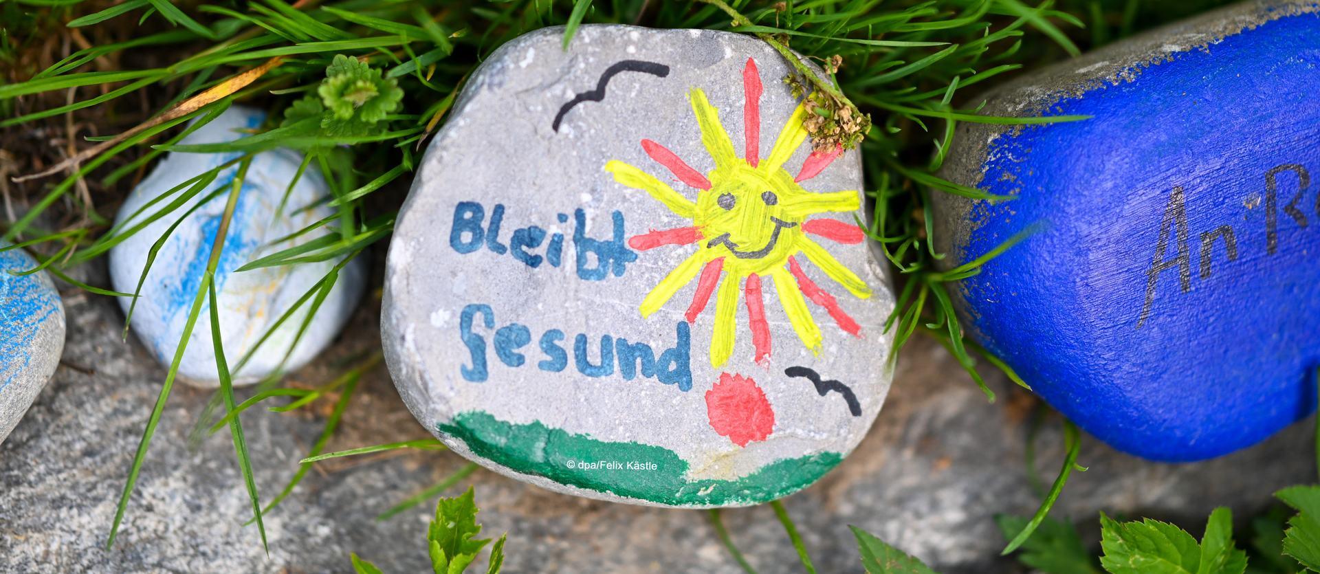 Bemalte Steine liegen im Ortsteil Obereschach an einem Wegesrand