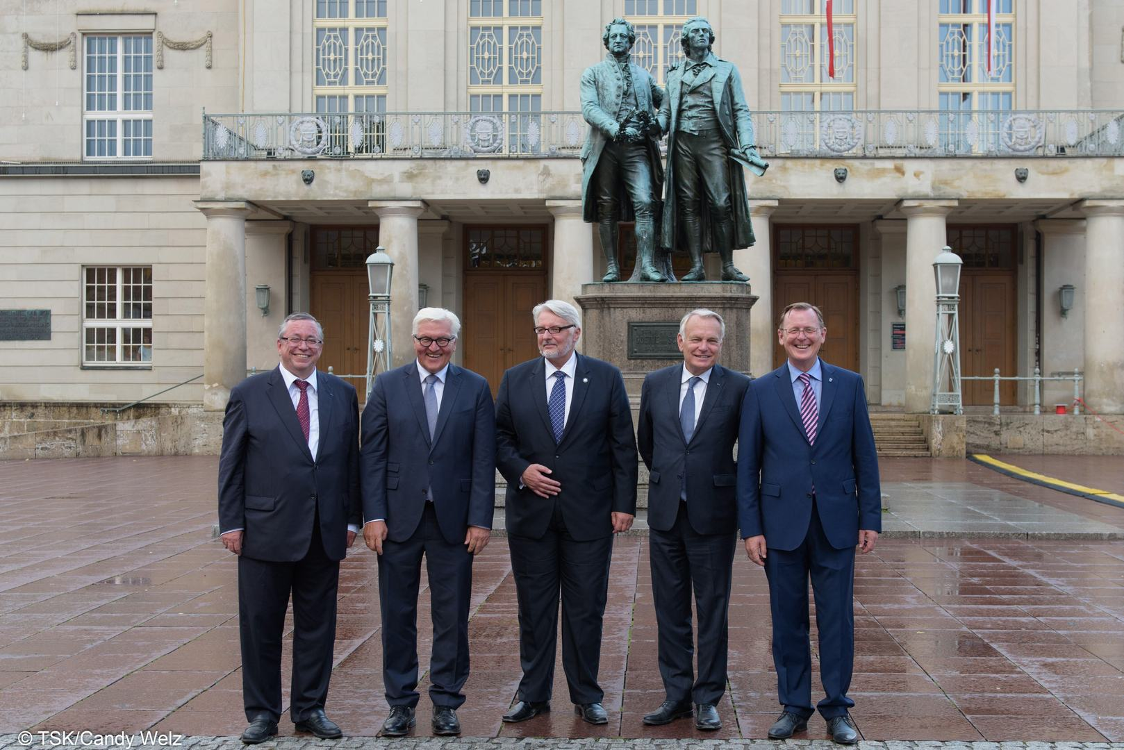 Bodo Ramelow (r) trifft die Außenminister Frank-Walter Steinmeier (2vl), Witold Waszczykowski (Polen, m) und Jean-Marc Ayrault (Frankreich, 2vr) in Weimar. Gruppenbild mit Oberbürgermeister Stefan Wolf vor dem Goethe-und-Schiller-Denkmal