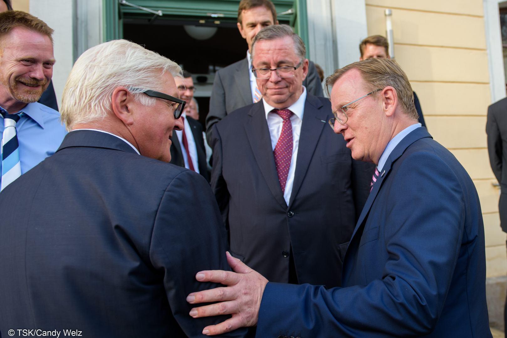 Bodo Ramelow trifft die Außenminister des Weimarer Dreiecks in Weimar. Verabschiedung von Minister Frank-Walter Steinmeier (l) vor der Musikhochschule