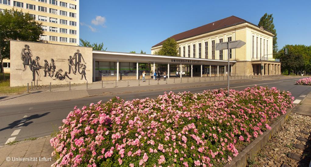 Der Haupteingang der Universität Erfurt.